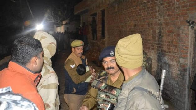 Police personnel rescue one of the children kept hostage by Subhash batham in Uttar Pradesh's Farrukhabad on Thursday night. The hostage taker was killed.(HT Photo)