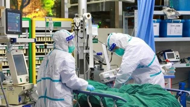 Medical staff in protective suits treat a patient with pneumonia caused by the new Coronavirus at the Zhongnan Hospital of Wuhan University in Wuhan, China.(REUTERS PHOTO.)