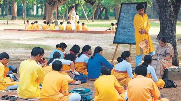 Students attend an outdoor class on the Visva-Bharati campus.(HT PHOTO.)