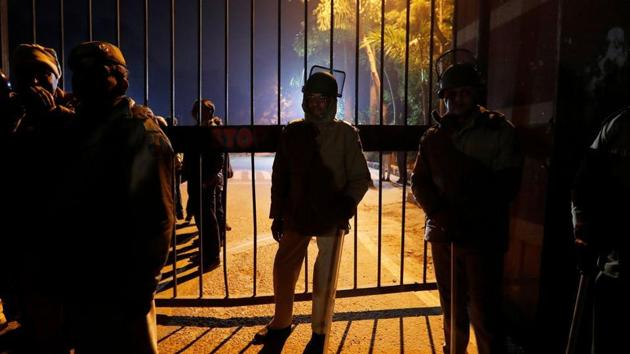 Police in riot gear stand guard outside the Jawaharlal Nehru University (JNU) after clashes between students in New Delhi, India, January 5, 2020. JNUSU members, who are from the Left parties, said though they have been questioned many times, police are yet to arrest anyone(REUTERS FILE)