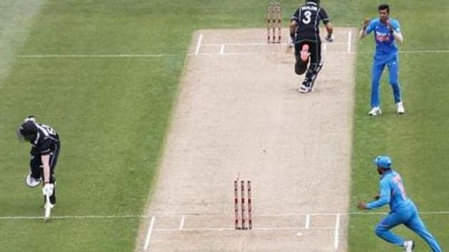 Ravindra Jadeja runs out Jimmy Neesham in 2nd ODI against New Zealand at Auckland(BCCI)