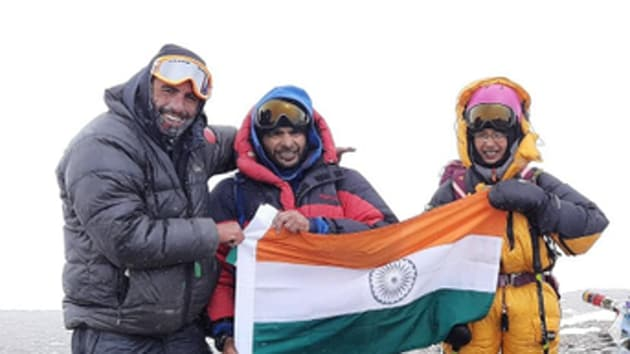 Kaamya Karthikeyan (extreme right, in yellow gear) has scaled other mountain peaks in the past. She summited Ladakh's 6,260 metres Mt. Mentok Kangri II on August 24, 2019.(ANI / Twitter)