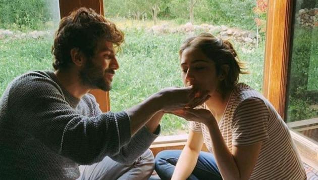 Kartik Aaryan was seen feeding his Love Aaj Kal co-star Sara Ali Khan in his latest Instagram post.