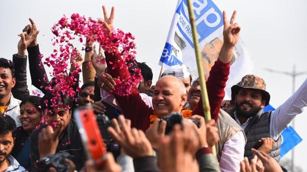 Deputy chief minister Manish Sisodia shows victory sign near Akshardham temple after winning Patparganj vidhan sabha elections.(Photo: Raj K Raj/ Hindustan Times)