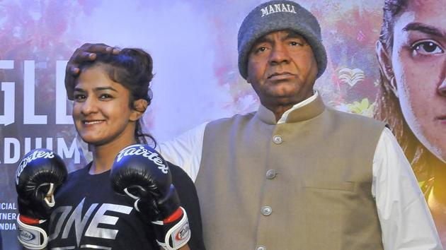 Ritu Phogat with coach Mahavir Singh Phogat.(PTI)