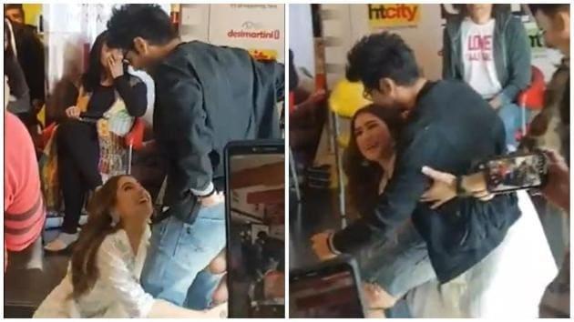 Sara Ali Khan picks up Kartik Aaryan as they promote Love Aaj Kal.