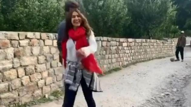 Sara Ali Khan in a screengrab from the video shared by Kartik Aaryan.