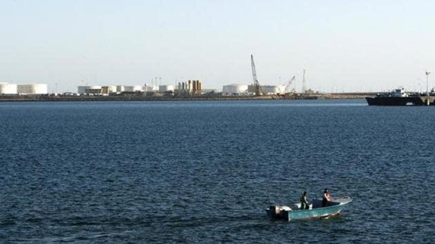 A speed boat passes by oil docks at the port of Kalantari in the city of Chabahar, east of the Strait of Hormuz in this January 17, 2012 file photo.(Reuters File Photo)