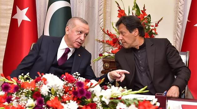 Turkish President Recep Tayyip Erdogan (L) speaks with Pakistan's Prime Minister Imran Khan during a signing agreements ceremony in Islamabad.(AFP photo)