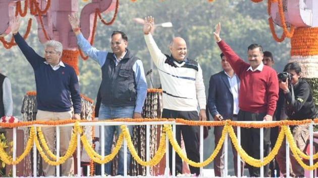 Arvind Kejriwal with AAP leaders after taking oath at Delhi's Ramlila Maidan.(Arvind Yadav/HT Photo)