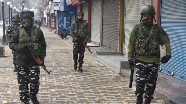 Security personnel patrol carry out patrol in Srinagar's Lal Chowk.(Waseem Andrabi/HT Photo)