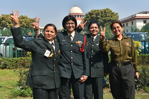 Lt. Col. Seema Singh (2L) and other women army personnel show victory signs after the apex court's decision to apply permanent commission to all women officers in the Indian Army, at Supreme Court in New Delhi.(Sanchit Khanna/HT PHOTO)