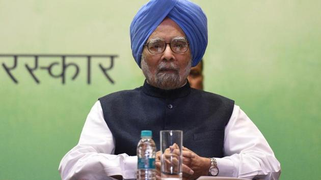 Montek Ahluwalia on Sunday said the then Prime Minister Manmohan Singh had sought his advice if he should quit when Congress leader Rahul Gandhi tore the ordinance.(Sonu Mehta/HT PHOTO)