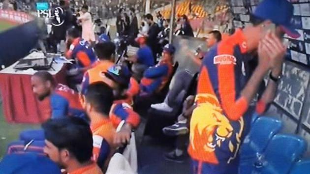 A Karachi Kings member was seen using mobile phone during a PSL match(Twitter)