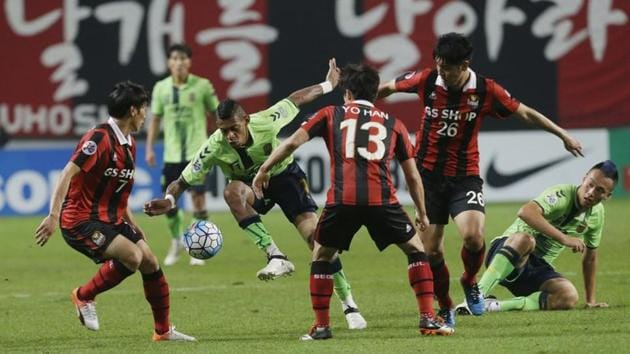 Ricardo Lopes, second left, of South Korea's Jeonbuk Hyundai Motors fights for the ball against Kim Chi-woo, left, Go Yo-han and Kim Nam-chun, second right, of South Korea's FC Seoul.(AP)