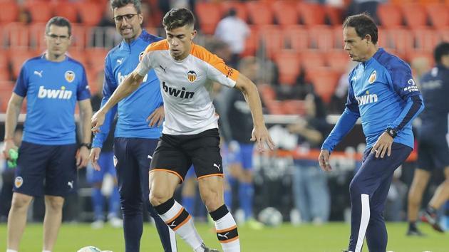 Valencia CF fitness coach Javier Miñano leading the warm up before a game.(LaLiga)