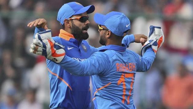 Virat Kohli, left, celebrates the dismissal of Australia's Peter Handscomb with teammate Rishabh Pant.(AP)