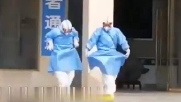 Two medical professionals are seen dancing.(Twitter/@PDChina)