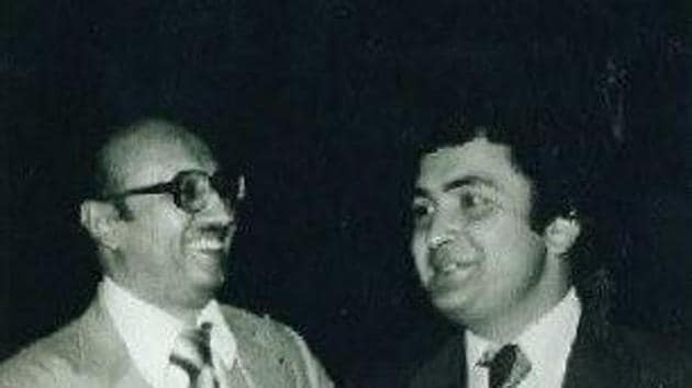 Rishi Kapoor shares a pic with filmmaker Manmohan Desai as he remembers the late producer.(Twitter)