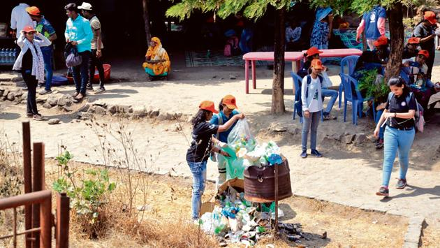 On February 23, 1,400 NSS students, along with SPPU vice-chancellor Nitin Karmalkar participated in a Sinhagad fort cleaning drive(HT PHOTO)