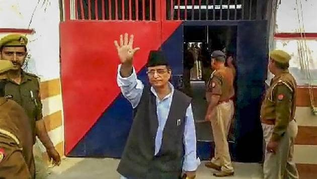 Samajwadi Party MP Azam Khan waves before being sent to judicial custody for allegedly faking Abdullah's birth certificate, in Rampur.(Photo: PTI)