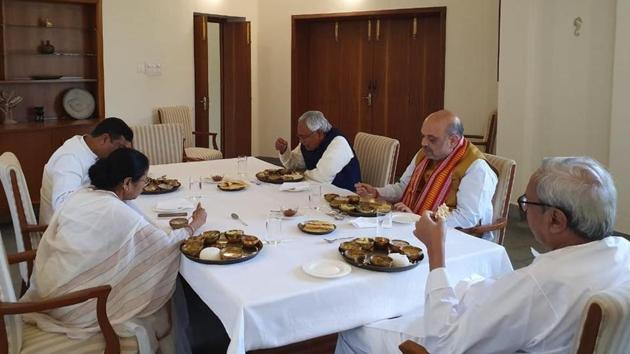 West Bengal Chief Minister Mamata Banerjee, Union minister Dharmendra Pradhan, Bihar Chief Minister Nitish Kumar and Home Minister Amit Shah at a lunch hosted by Odisha Chief Minister Naveen Patnaik on Friday.(Twitter/@Naveen_Odisha)