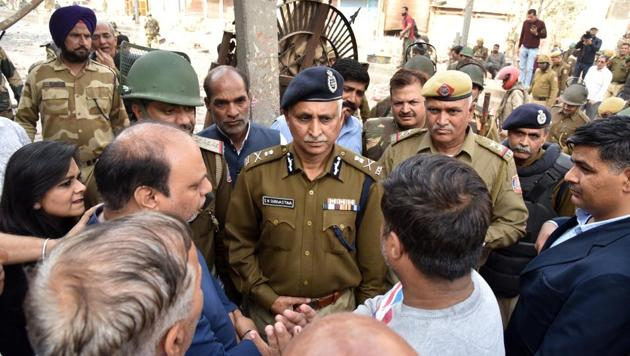 S N Srivastava, Special Commissioner of Delhi Police (Law and Order) seen talking to people on a visit to the violence-hit Northeast Delhi area of Chand Bagh.(SHAURYA YADAV /HT PHOTO)