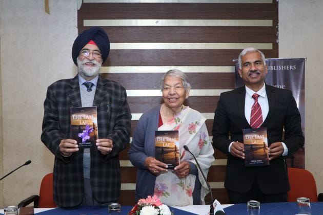 Author Vidya Mani flanked by Punjabi playwright Atamjit Singh (left) and Manoj Ahuja, her son-in-law who is also special director, Lal Bahadur Shastri National Academy of Administration, Mussoorie, at the book launch in Panchkula on Sunday.(HT PHOTO)