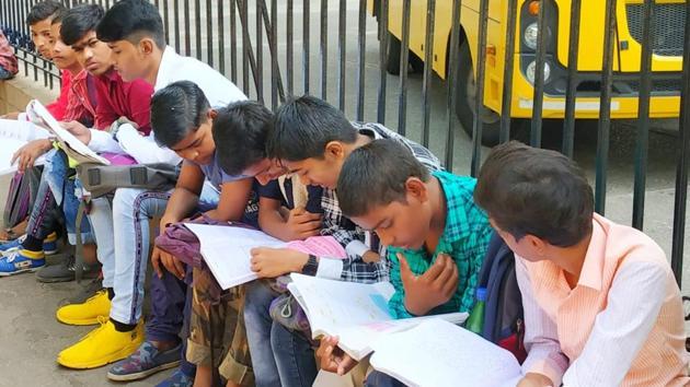 Students revising notes before the exam(Vijayanand Gupta/Hindustan Times)