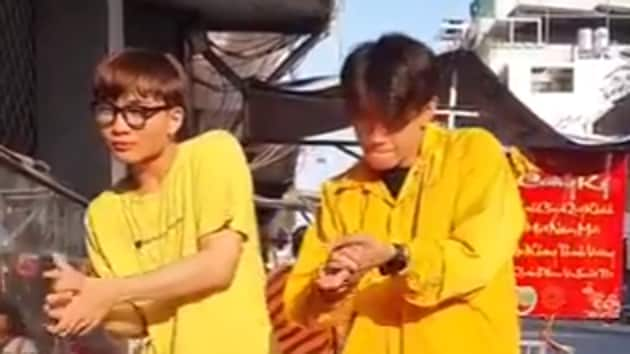The video shows Vietnamese artist Quang Dang and another dancer mixing up handwashing etiquette with groovy dance steps.(TikTok/@im.quangdang .)