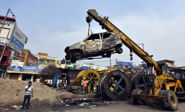 Charred vehicles following violent clashes in North East Delhi over the amended citizenship law at north-east Delhi's Chand Bagh.(Sonu Mehta/HT PHOTO)