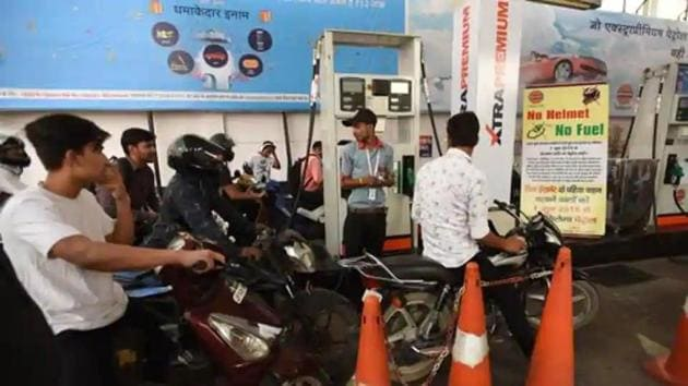 On Monday, petrol prices slipped below Rs 71-mark for the first time in eight months.((Virendra Singh Gosain/HT File Photo)