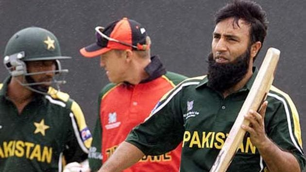 File image of former Pakistan cricketer Saeed Anwar (R) with Mohammad Yousuf.(Reuters)