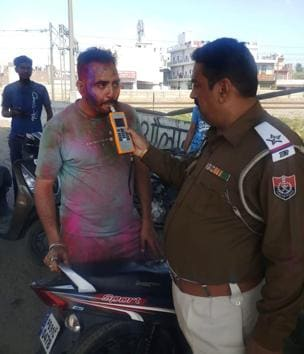 Police taking the breathalyzer test of a vehicle driver in Ludhiana.(HT PHOTO)