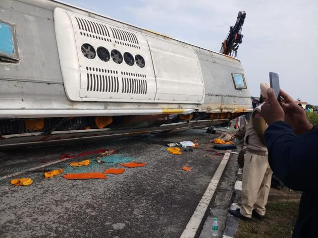 The bus met with an accident on Dhariwal bypass, 13 km from Gurdaspur.(HT Photo)