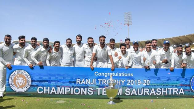 Saurashtra players pose for a group photo after winning the Ranji Trophy final.(PTI)