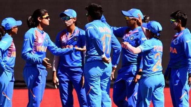 India's Radha Yadav (2/L) celebrates with teammates after dismissing Sri Lanka batswoman Chamari Atapattu.(AFP)