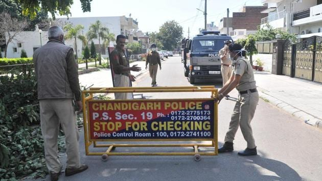 Chandigarh Police cordoning off the lane in Sector 21D where one case of Covid-19 was confirmed in Chandigarh on Thursday.(Ravi Kumar/Hindustan Times)