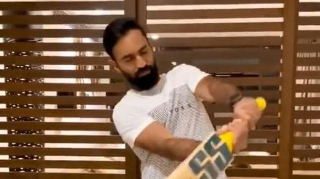 Dinesh Karthik shadow practicing at home.(Twitter/KKR)