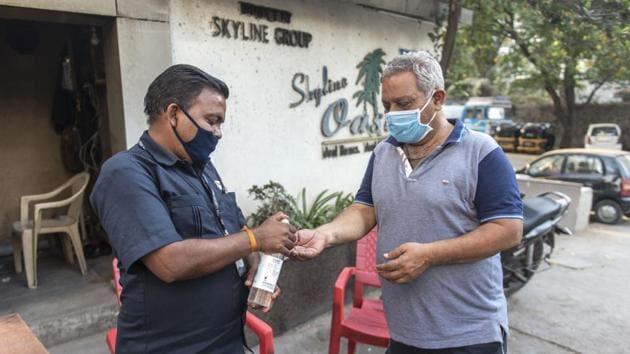 Skyline Oasis, a society in Vidyavihar West, takes precautionary measures.(AALOK SONI/HT)