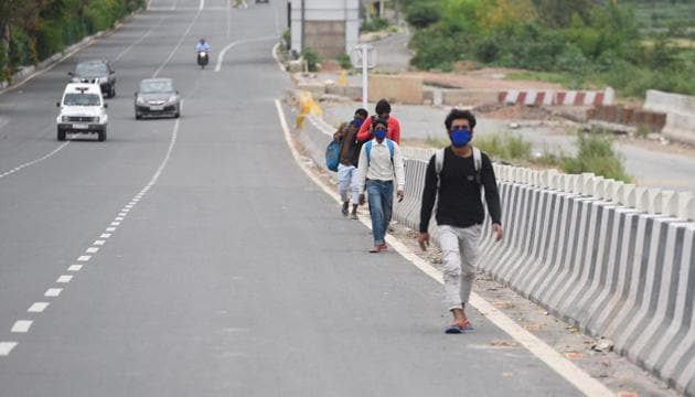 Migrant workers leave Delhi on foot on the second day of the nationwide lockdown over coronavirus outbreak on Thursday.(Raj K Raj/HT PHOTO)