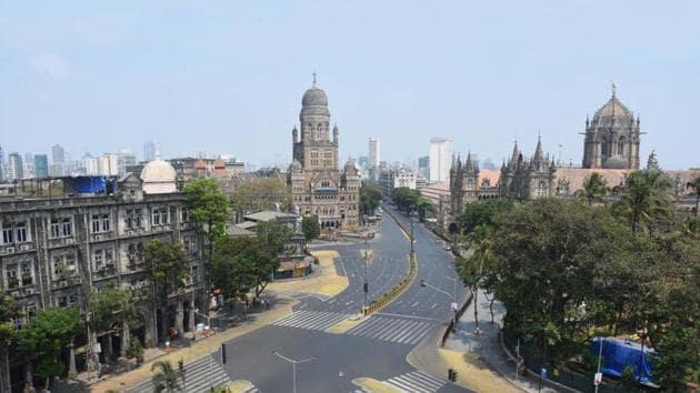 Mumbai's CSMT area wears a deserted look during a nationwide lockdown in the wake of coronavirus pandemic.(Bhushan Koyande/HT Photo)