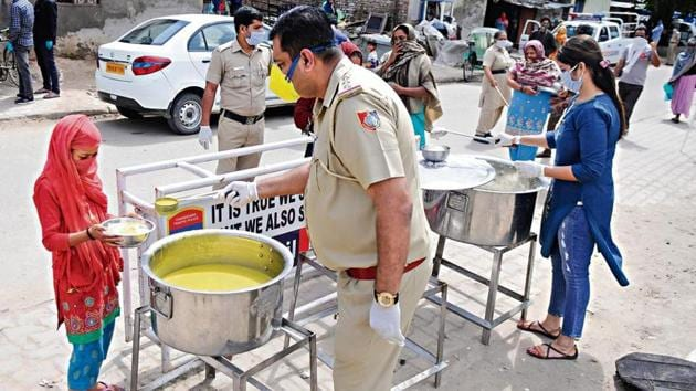 Readers suggest people can donate dry and uncooked pulses, grains and flour for distribution among the underprivileged.(HT Photo)