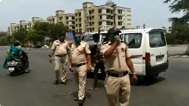 The image shows the policeman singing the song.(Twitter/@AnilDeshmukhNCP)