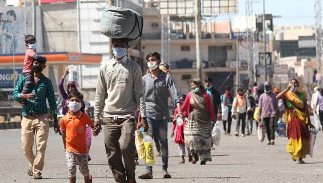 Migrant workers in Gurugram head home on day 4 of 21 day nationwide lockdown to curb the spread of coronavirus.(Yogendra Kumar/HT PHOTO)