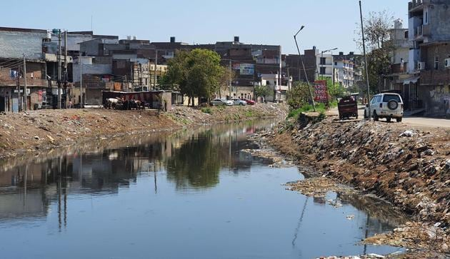 Of the total 2,423 industrial units in Punjab polluting the Sutlej, the majority, 2,028, are in Ludhiana, including 228 dyeing and 1,649 electroplating and surface treatment units which directly or indirectly release untreated waste into the nullah.(Gurpreet Singh/HT)