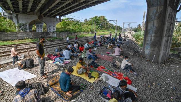 Migrant workers who could not reach home are seen taking shelter under the flyover next to the railway track near Lokmanya Tilak Terminus in Mumbai. (Pratik Chorge / HT Photo)