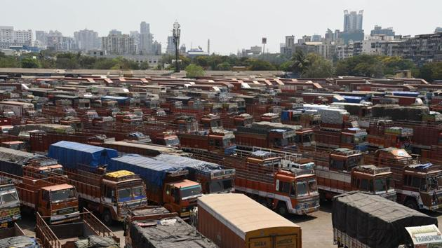 Trucks parked at the APMC truck terminal given the restrictions imposed under Section 144 in Navi Mumbai on March 30. (Bachchan Kumar / HT Photo)