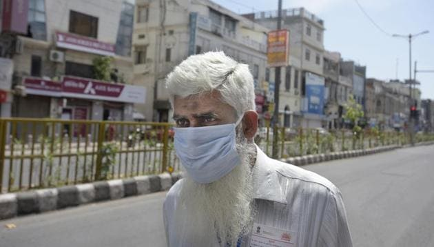 An elderly man in Delhi is seen with his face covered in a piece of cloth as a precautionary measure on day 6 of the 21-day nationwide lockdown to curb the spread of coronavirus.(Sushil Kumar/HT PHOTO)