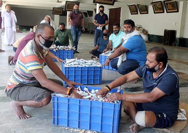 Kindness counts: Volunteers packing food packets distribute to people during the lockdown in India to prevent the spread of Covid-19.(ANI)